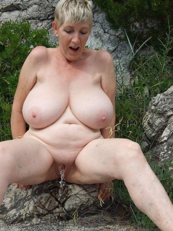 Ma femme sexy nue pisseuse