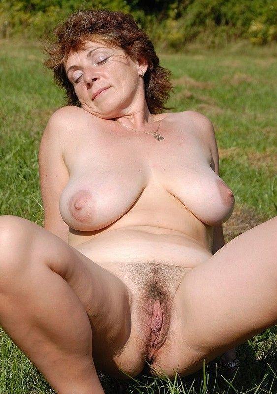 asiatique sexy nue mamie montre sa chatte