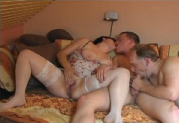 Смотреть семейное порно втроем